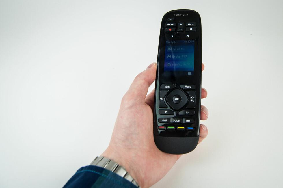 Harmony Ultimate ligger godt i hånda, har et greit utvalg fysiske knapper og en touchskjerm som kan tilpasses og finjusteres etter eget ønske. Foto: Gaute Beckett Holmslet
