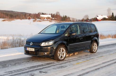 Dette er dagens Volkswagen Touran - en traust og bra familiefrakter, som skårer bra på mange punkter, men ikke greier å slå konkurrentene av nyere dato. Med neste generasjon kan det bli andre boller... Foto: Cato Steinsvåg