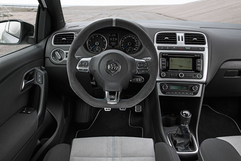 Råskinnet Polo R WRC innvendig: Så heftig som et Polo-interiør kan gjøres? Vel... Rattet er jo sporty, da. Foto: VW