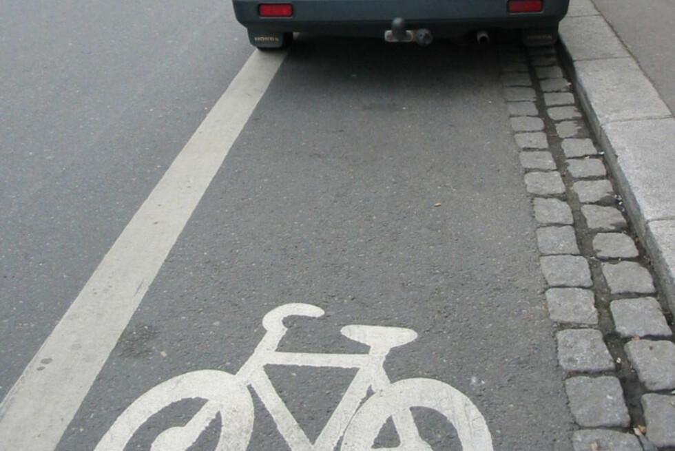 Det er bare kollektivtransport som har lov til å stoppe i sykkelfelt, og da bare om det er holdeplass der. Kan du sykkelskiltingen? Foto: Trafikketaten