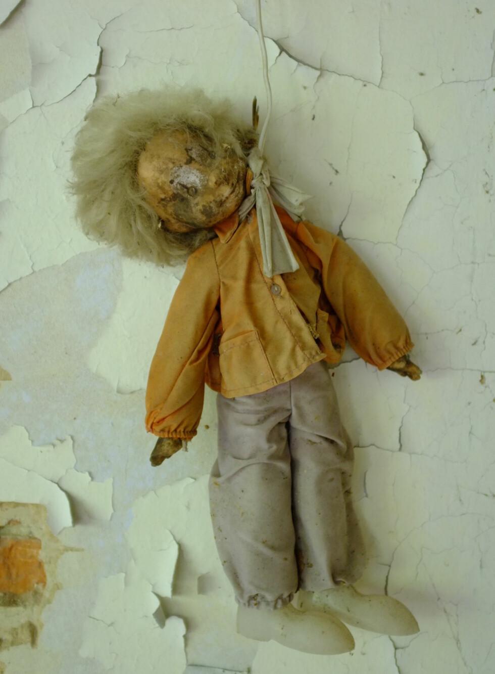 Denne dukken har hengt seg. Slike scener er trolig et resultat av fotografer som har tatt seg sine friheter i jakten på gode motiver.  Foto: Ole Petter Baugerød Stokke