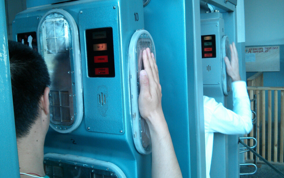 På vei ut av sonen må du sjekkes for stråling. Lyser det rødt, må du vaskes ned. Foto: Ole Petter Baugerød Stokke