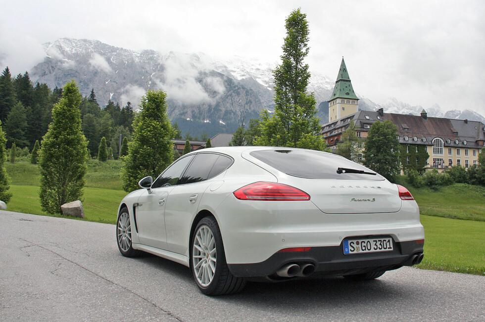 Her i Bayern, ved foten av Alpene, viste Porsche Panamera S E-Hybrid hva den er god for. Og det er ikke småtterier! Foto: Knut Moberg