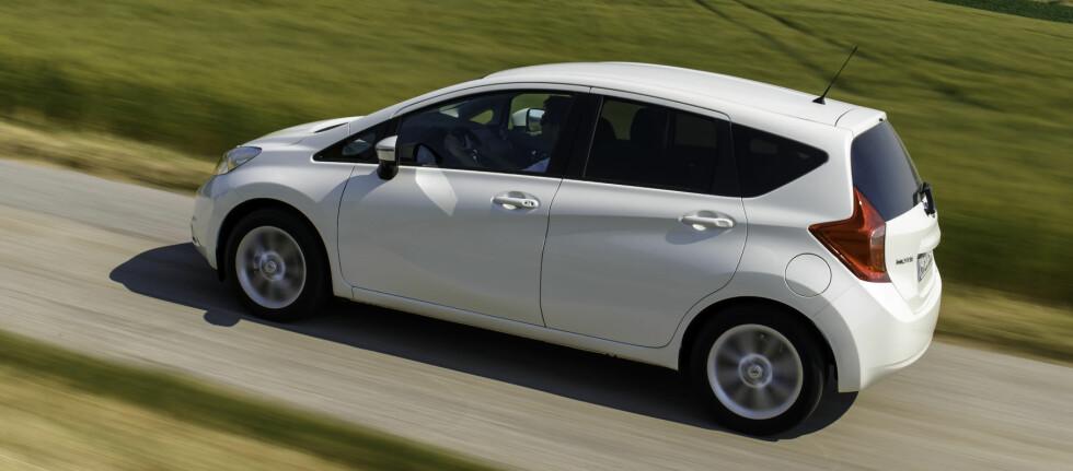 Nissan Note er en litt høyreist bil i småbilsegmentet. Det muliggjør praktiske løsninger og fin sittestilling.