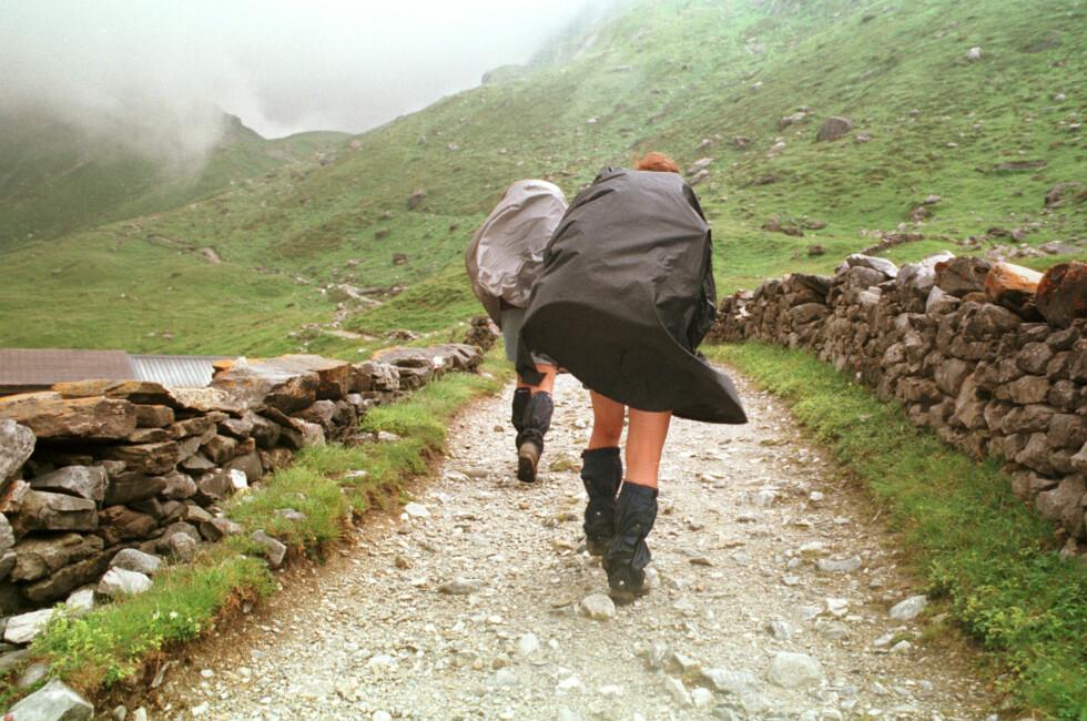 Fritidstøy som beskytter mot regn kan være innsatt med PFOA, men for deg og meg er det nesten umulig å finne ut av. Foto: colourbox.com