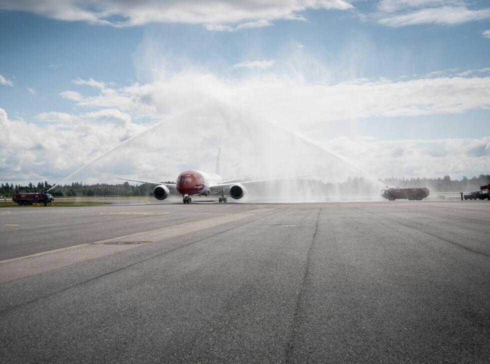 Det nye flyet ble døpt på tradisjonelt vis. Foto: Gaute Beckett Holmslet