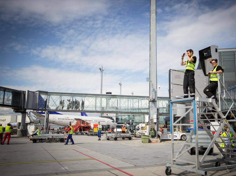 Også bakkepersonalet ville ha et bilde av drømmeflyet. Foto: Gaute Beckett Holmslet