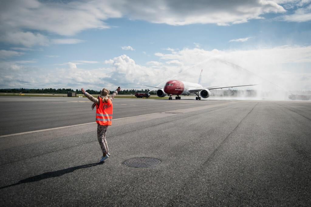 Gerd Helene Kjos, kona til sjefen sjøl, tar imot det nye flyet. Foto: Gaute Beckett Holmslet