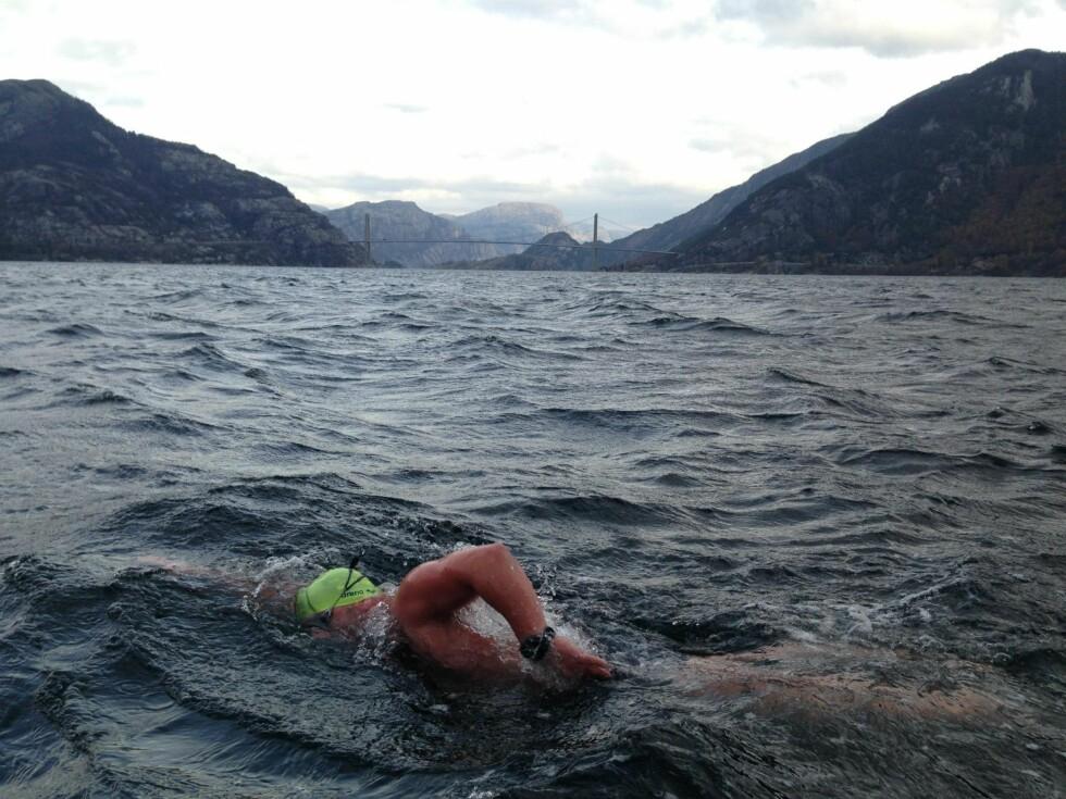 KALDT: Stian Vikra i Lysefjorden i Rogaland.  Foto: Svomforlivet.no