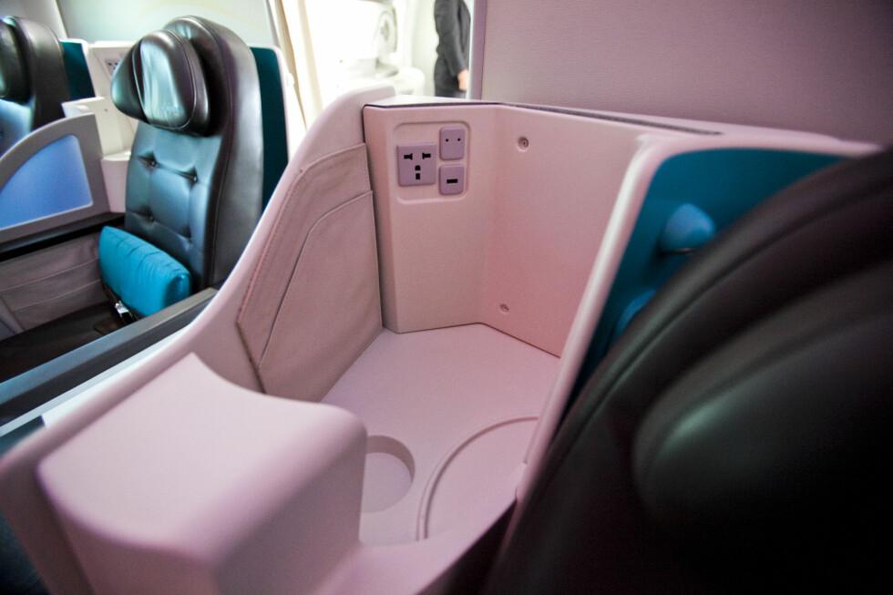 Passasjerer på første klasse kan lade opp elektronisk utstyr her. Det er også gjort plass til en USB-brikke.  Foto: Per Ervland