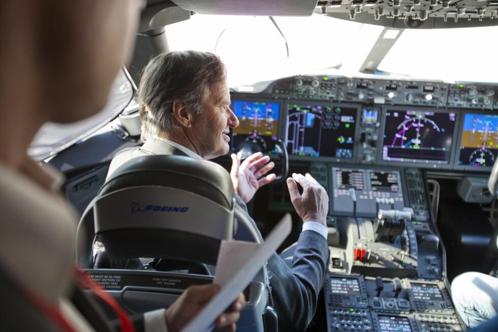 En engasjert Bjørn Kjos fremme i cockpiten på Dreamliner. Foto: Per Ervland
