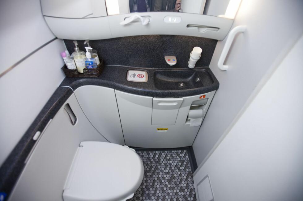 Overraskende romslig. Toalettdøren er veldig lett å åpne sammenlignet med vanlige fly. Foto: Per Ervland