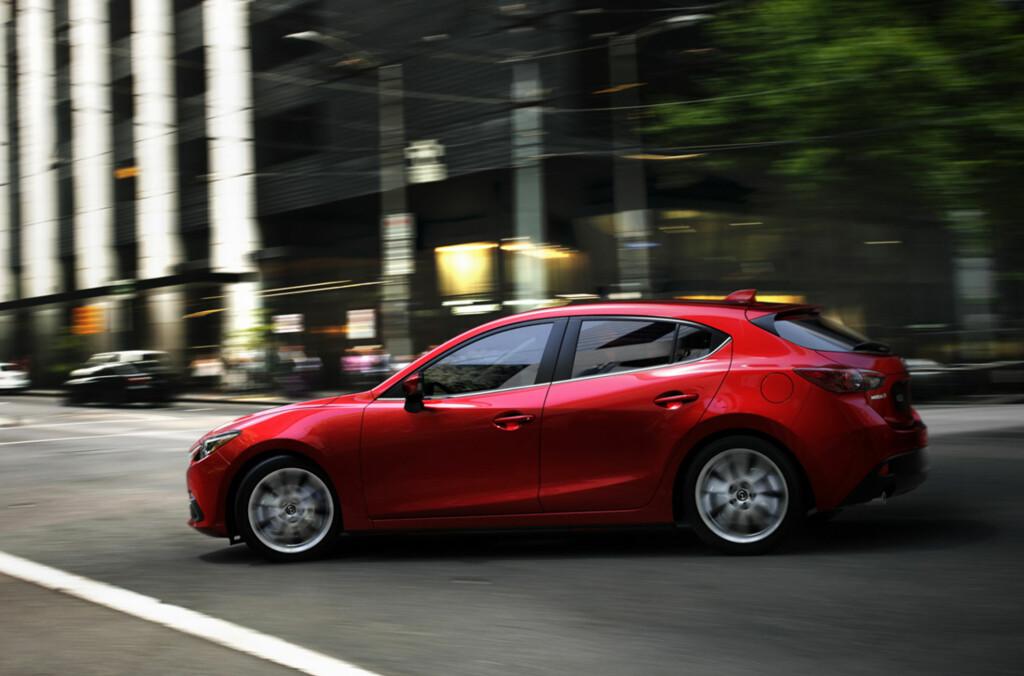 INGEN TREKKER RASKERE: Mazda 3 anså vi som en ganske ny modell - men her er sannelig etterfølgeren allerede!Nye sikkerhetssystemer gjør sitt inntog - autobrems, proaktiv fartsholder, anti-kollisjonsvarsling, automatisk nedblending... Foto: Mazda