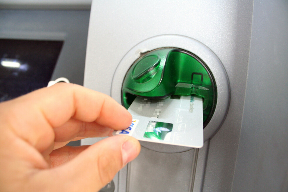 Pass godt på hver gang du bruker kortet og begrens hvor mye penger du har stående på brukskontoen. Da får ikke svindlerne med seg stort mer enn skuffelse, selv om de skulle klare å få tak i kortet ditt. Foto: Kim Jansson
