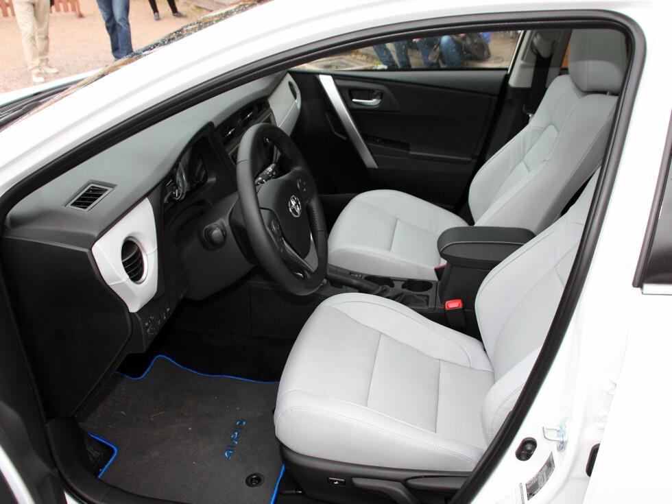 Vi kjørte selvsagt også Auris Touring Sports som hybrid, som vil bli den mest solgte versjonen. Den starter på 266.000 kroner. Her ser vi en velutstyrt Executive-versjon, som bikker 300.000 kroner. Skinninteriøret er ekstrautstyr. Foto: Knut Moberg