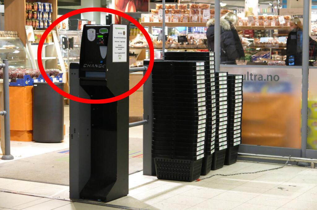 KJEKT: Med myntautomaten er irritasjonen over manglende mynt til handlevogna historie.  Foto: Silmar