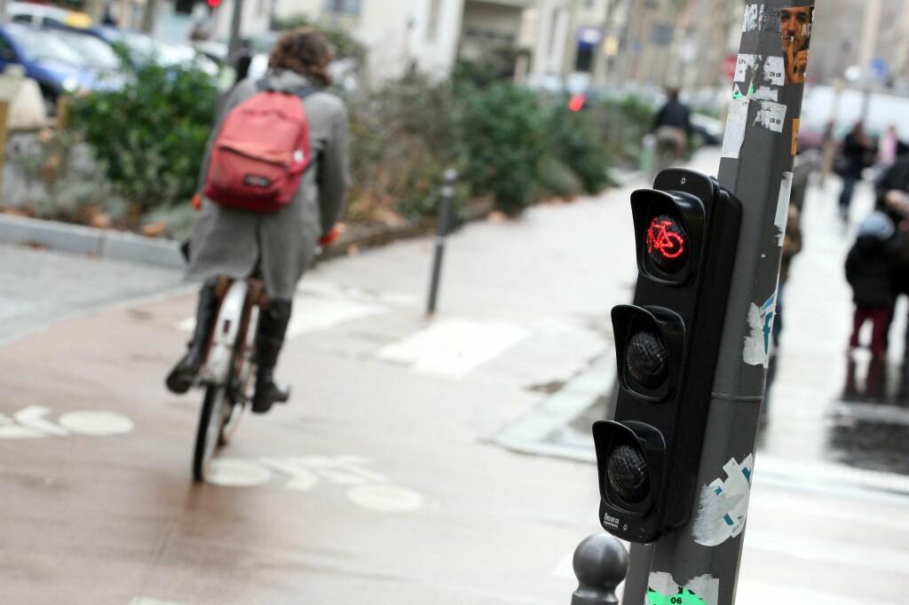 DEN STØRSTE IRRITASJONEN: Syklister som sykler på rødt, provoserer ikke bare alle bilister, men også andre syklister som prøver å overholde trafikkreglene.  Foto: PHOTOPQR/LA VOIX DU NORD