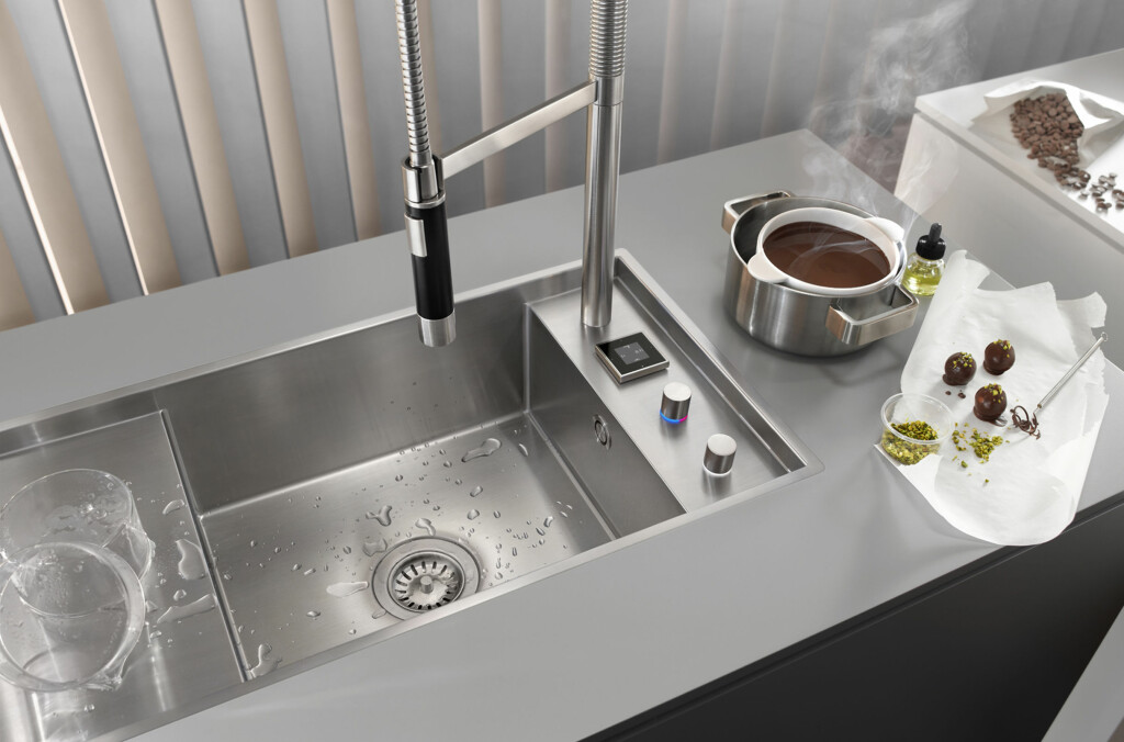 Perfekt temperert vann fra kranen kan for eksempel brukes når du skal holde sjokolade smeltet i vannbad.  Foto: Dornbracht