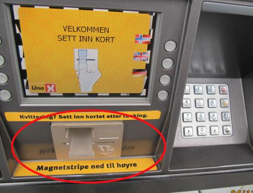 Skimming: Her har svindlere montert utstyr som kopierer magnetstripen på kortet.  Foto: POLITIET