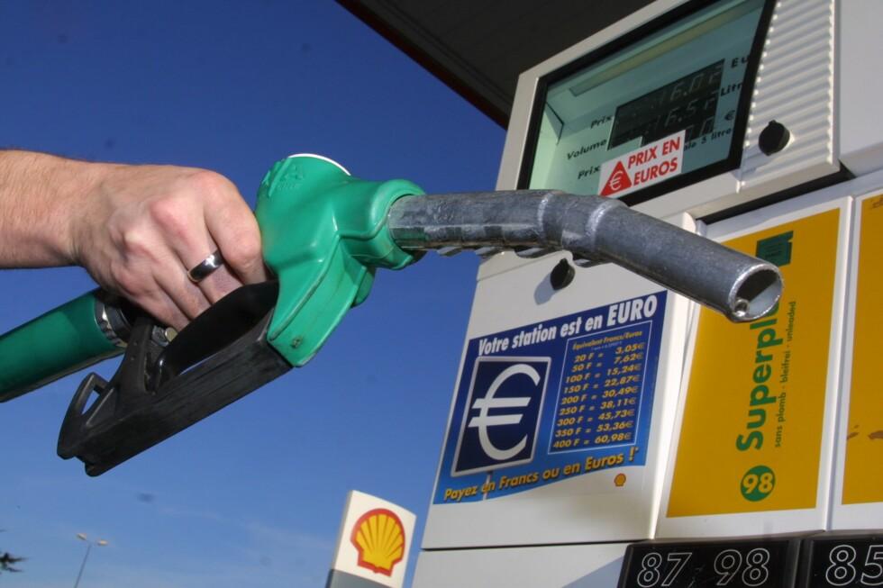 <strong>Transportkostnader:</strong> Betaler du drivstoffet med kredittkortet kan du få reiseforsikring med på kjøpet.  Foto: colourbox.com