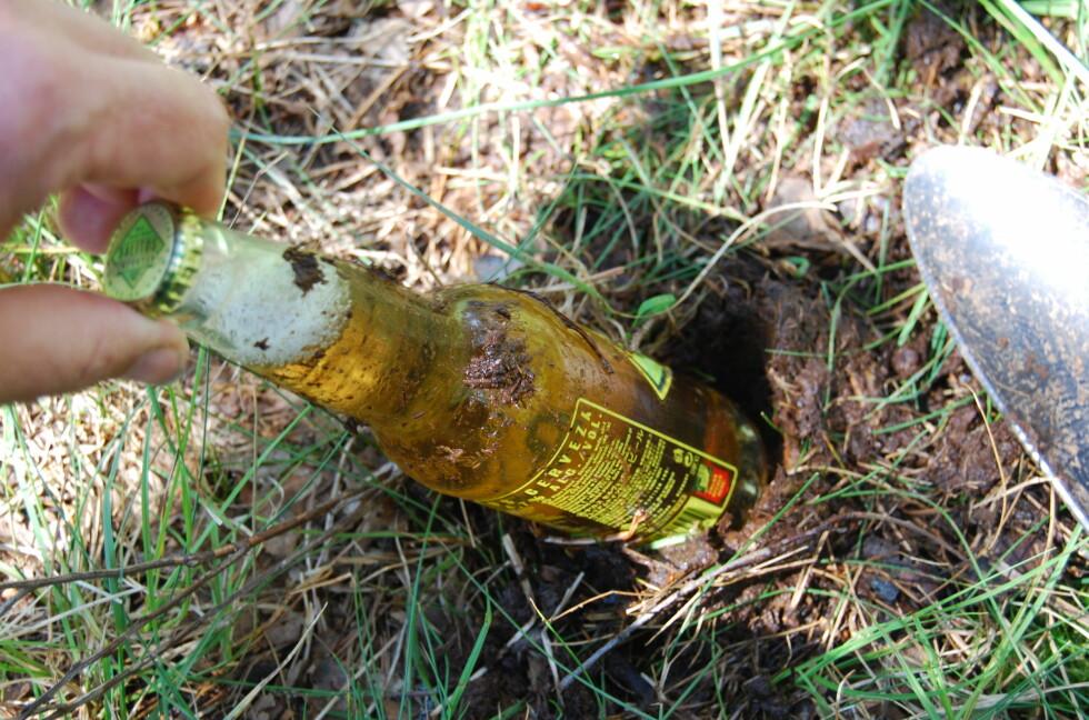 EFFEKTIV MÅTE: Jo nærmere et vann du graver ned ølen, jo kaldere blir den.  Foto: Thomas Strzelecki