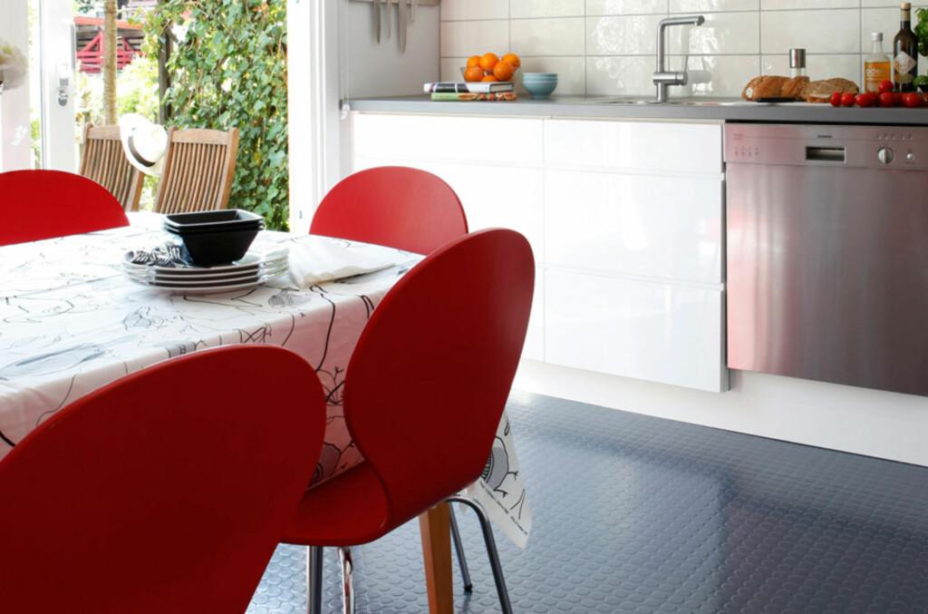 Gummigulv på kjøkkenet er lettstelt og praktisk Foto: Teppeabo