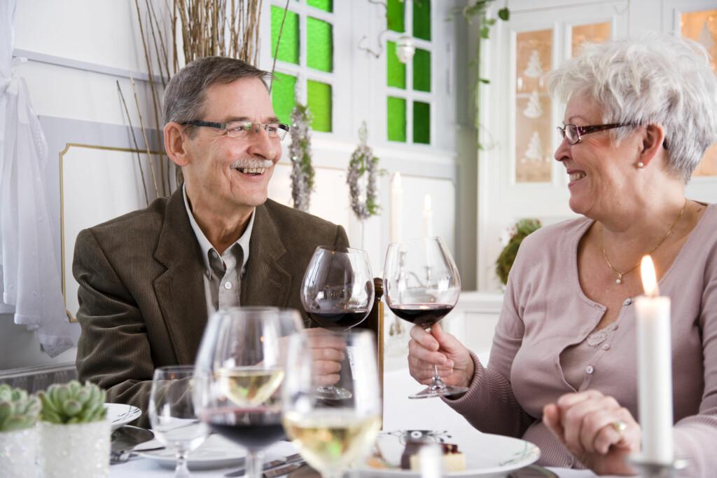 Dagens pensjonister vil leve det gode liv, selv om de ikke har spart til pensjonstilværelsen. Mange svir derfor av arven og bruker boligformuen på seg selv.  Foto: Colourbox