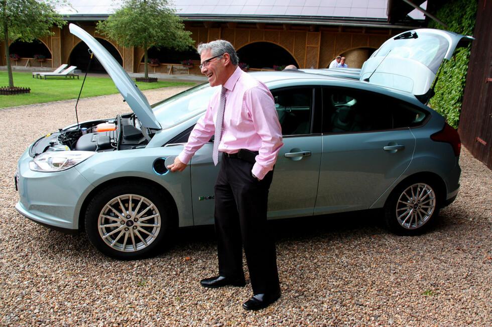 Dette er Fords nye elbil for Europa. Fords representant viser her frem en finesse ved nye Ford Focus Electric, en ring med blått lys rundt ladeåpningen som viser hvor mye strøm som er igjen i batteriet. Foto: Knut Moberg