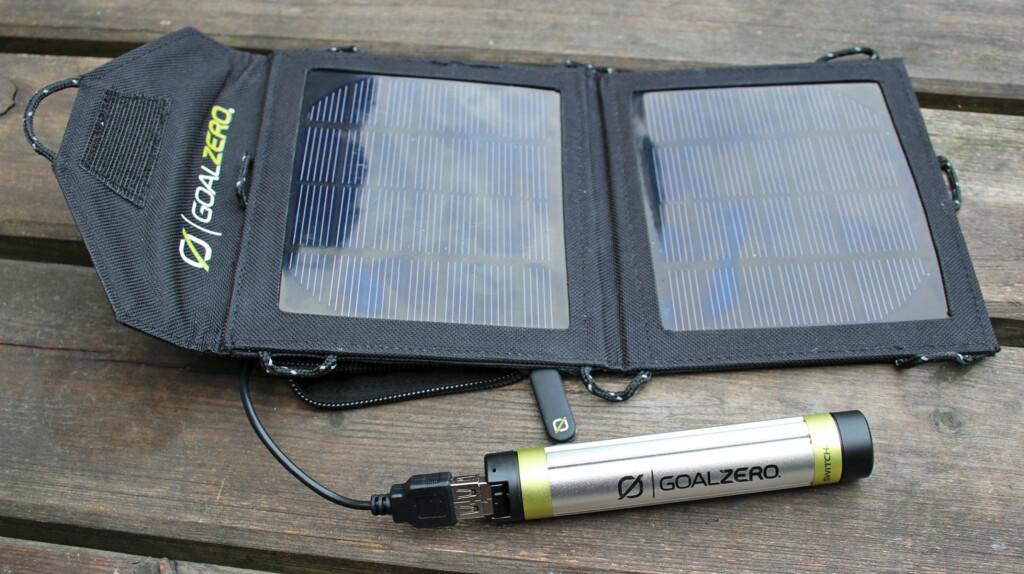 Solcellepanelet Nomad 3,5 tar heller ikke stor plass, og veier bare 195 gram. Hempene du ser langs kantene gjør at du enkelt kan henge det opp på tursekken og få strøm mens du tråkker deg gjennom fjell og mark. Foto: Kirsti Østvang