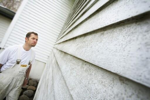 I utgangspunktet er det et skjønnhetsproblem, men for soppen bli på husveggen, bryter den ned malingen, og treverket blir utsatt for råte. Foto: IFI.NO