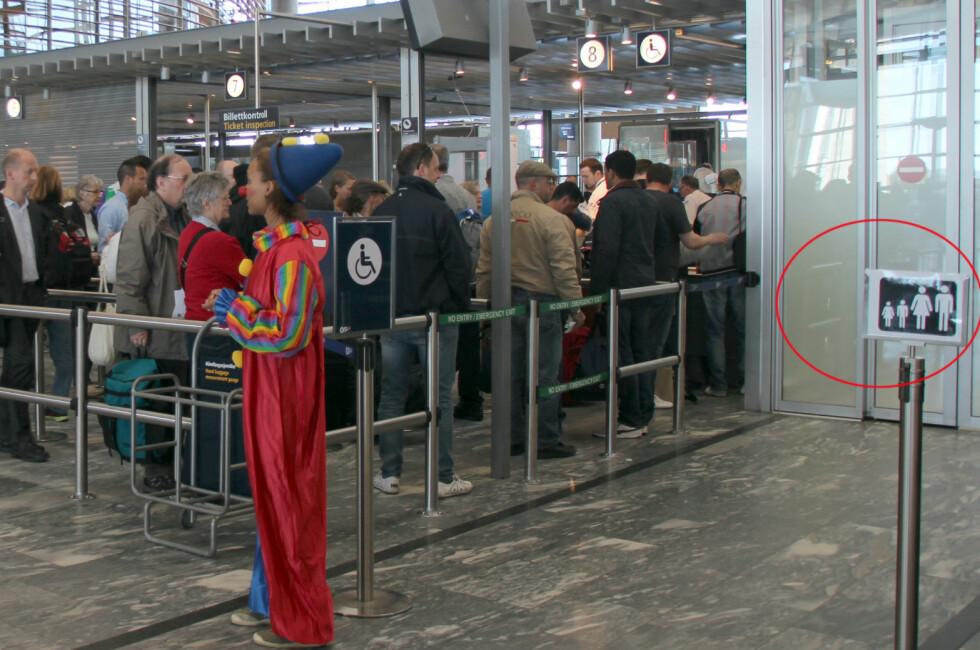 Barnefamiliene som skal reise fra Oslo Lufthavn Gardermoen bør se etter dette skiltet i sikkerhetskontrollen. Det viser vei til den helt egne familieslusen. Foto: KRISTIN SØRDAL