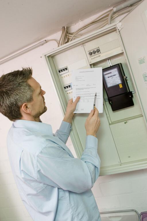 GJØR DET OFTERE: Vil du spare penger på strømmen, gjelder det å lese den av ofte, da strømforbruk og priser kan variere kraftig.  Foto: Colourbox.com