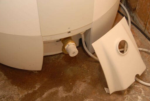 Hvor gammel er varmtvannsberederen, og drypper den vann? Foto: Brynjulf Blix