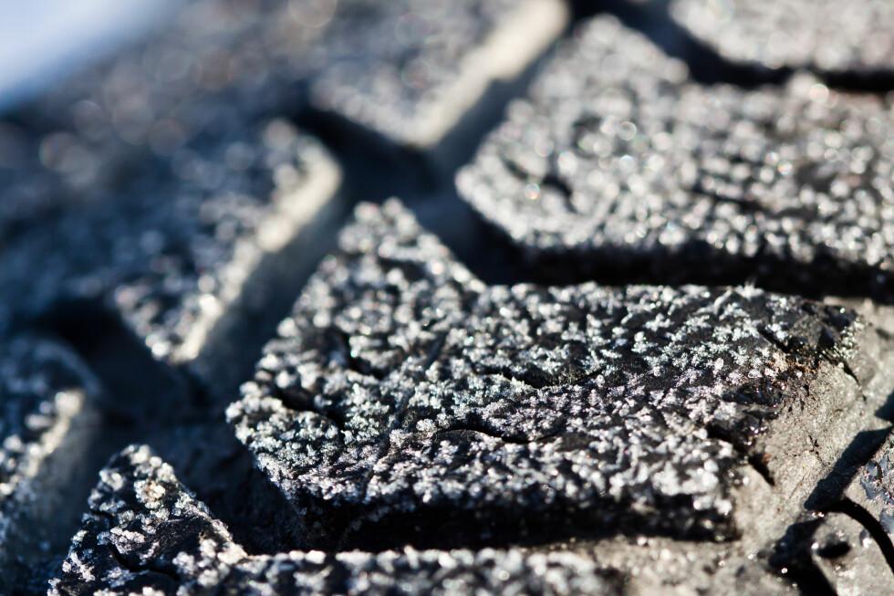 Bruk av piggfrie vinterdekk om sommeren kan skape farlige situasjoner, ikke minst på vått føre eller når været er ekstra varmt. Foto: COLOURBOX:COM