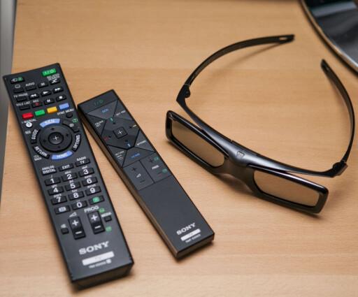 W905, en av de fire aktive 3D-brillene som følger med, og de to fjernkontrollene. Foto: Per Ervland