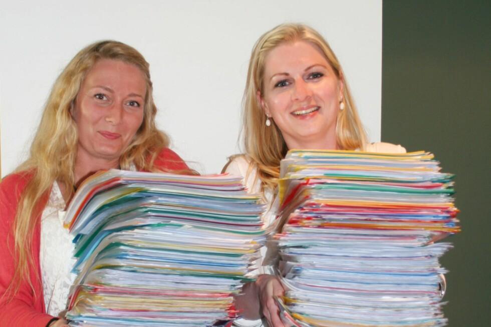 Anita og Marianne i Skandiabanken har mye papirarbeid om dagen. Du bør smøre deg med tålmodighet om du skal refinansiere her.  Foto: Skandiabanken