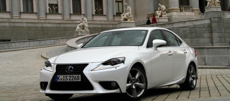 Lexus IS 300h er en staselig bil til en billig penge, sett opp mot konkurrentene.  Foto: Fred Magne Skillebæk