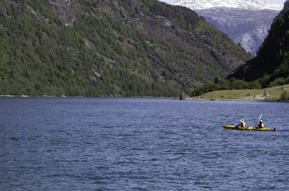 VAKKERT: Å padle sammen i tomannskajakk i Nærøyfjorden i Aurland er garantert en magisk opplevelse.  Foto: Colourbox