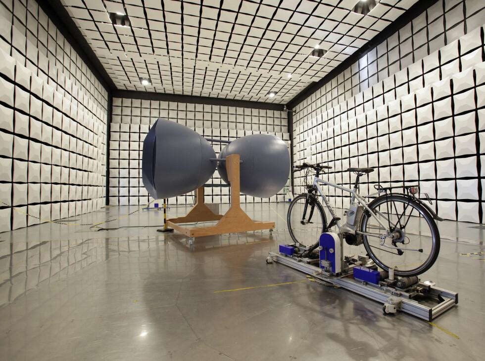 Fra en av testene: Her testes sykkelens elektomagnetiske felt. Foto: Amin Akhtar/Stiftung Warentest