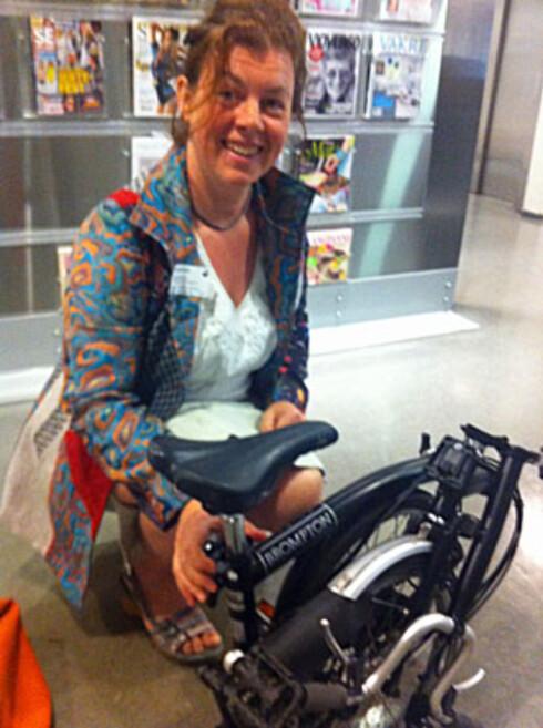 En tydelig fornøyd Hulda Tronstad med sykkelen foldet sammen. Foto: Karoline Brubæk