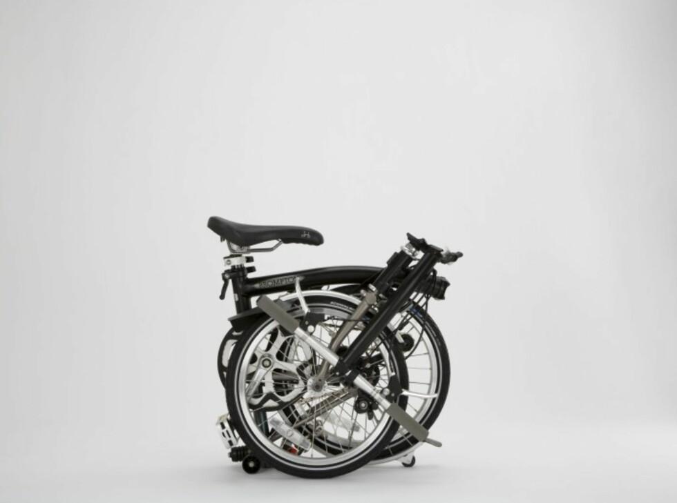 Trinn 5: Sykkelen er klappet sammen og klar til å tas med på toget, inn på jobben, eller til å legges i bagasjerommet. Setet fungerer forøvrig som bærehåndtak. Foto: Produktbilder