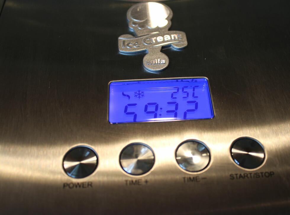 Fire enkle knapper. I tillegg viser displayet hvor mange grader maskinen holder. Det går raskt fra pluss 25 til minus 25.  Foto: Elisabeth Dalseg