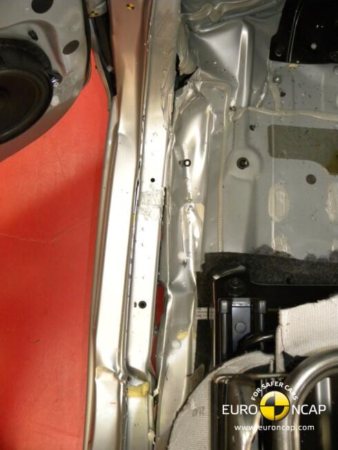 Nissan Evalia - legg merke til bruddene i karosseriet mellom gulvet og A-stolpen og dørkarmen