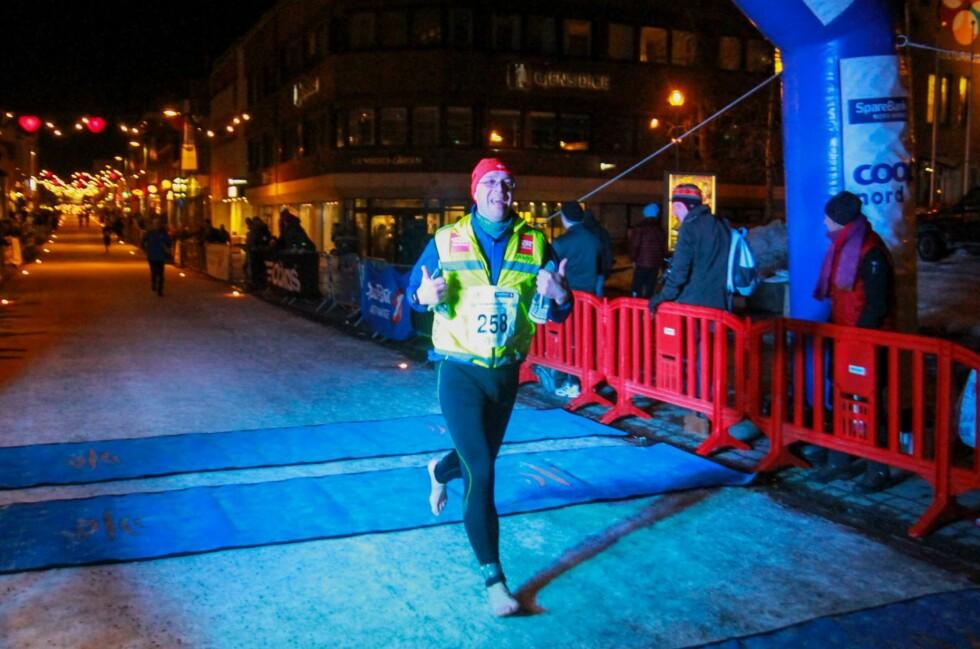 HELT BARFOT: Lars Gimse utfordrer kulden i Polar Night Halfmarathon i Tromsø tidligere i år.   Foto: Truls Tiller