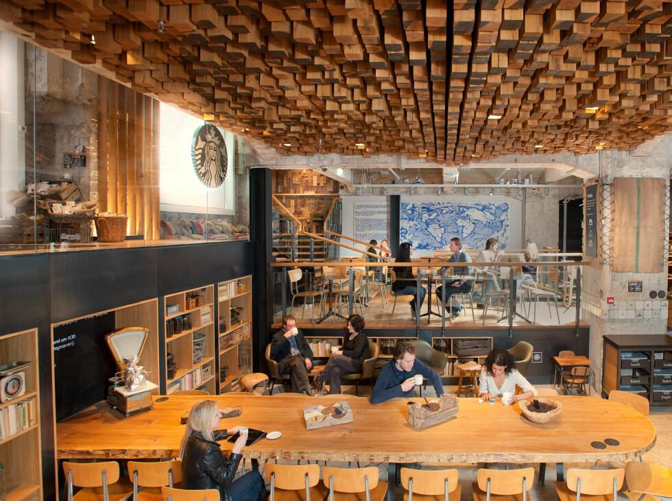 I Amsterdam vil selskapet vise hvordan de tenker om fremtiden. Fellesbord er en del av løsningen i filialen i Amsterdam. Det samme ser vi også i Oslo-utgaven. Foto: Starbucks