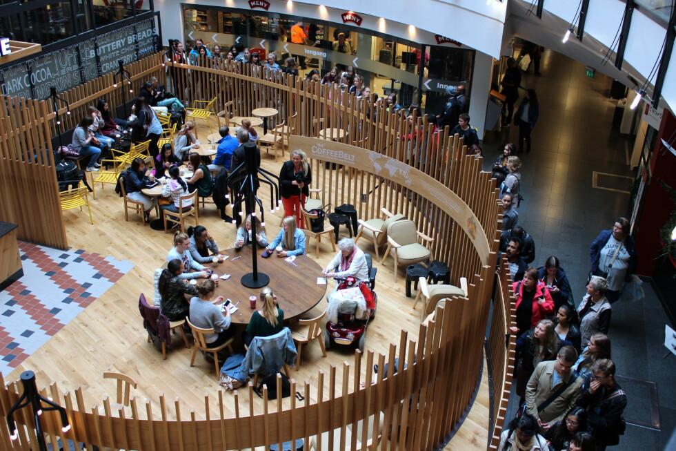 Hva er det med nordmenn og Starbucks? Køen går rundt hele lokalet, i en by som fra før har fått skryt for at vi kan nyte noe av verdens beste kaffe - allerede. Foto: Øivind Idsø