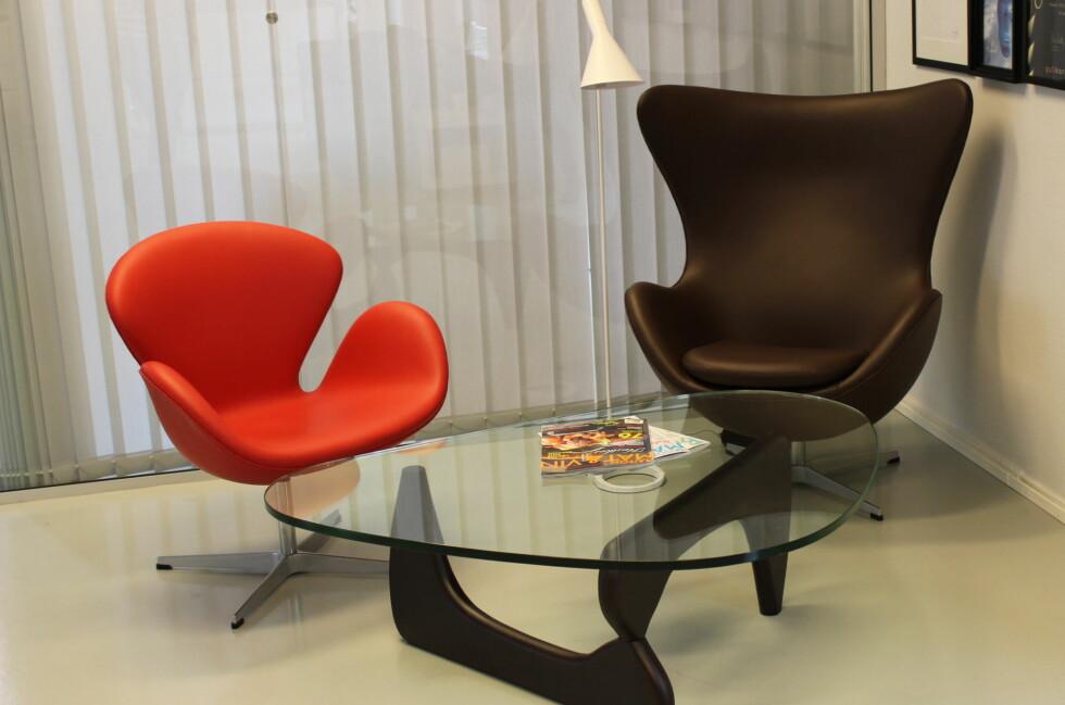 Lenestolene Svanen og Egget av Arne Jacobsen og Noguchis berømte glassbord koster normalt opp mot 140.000 kroner. Kopivarene får du på nett for en tiendeldel av prisen.  Foto: Elisabeth Dalseg
