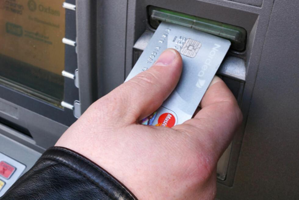 Smart: Nordea-kunde Kristian Andersen sparer penger for hver gang han bruker kortet.  Foto: Dan Arvid Bjørsvik
