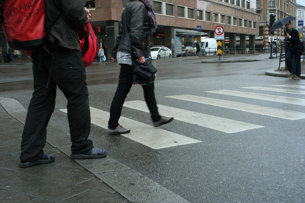 Nå må trikken stoppe for gående som krysser veien når det er grønn mann. Foto: Berit B. Njarga