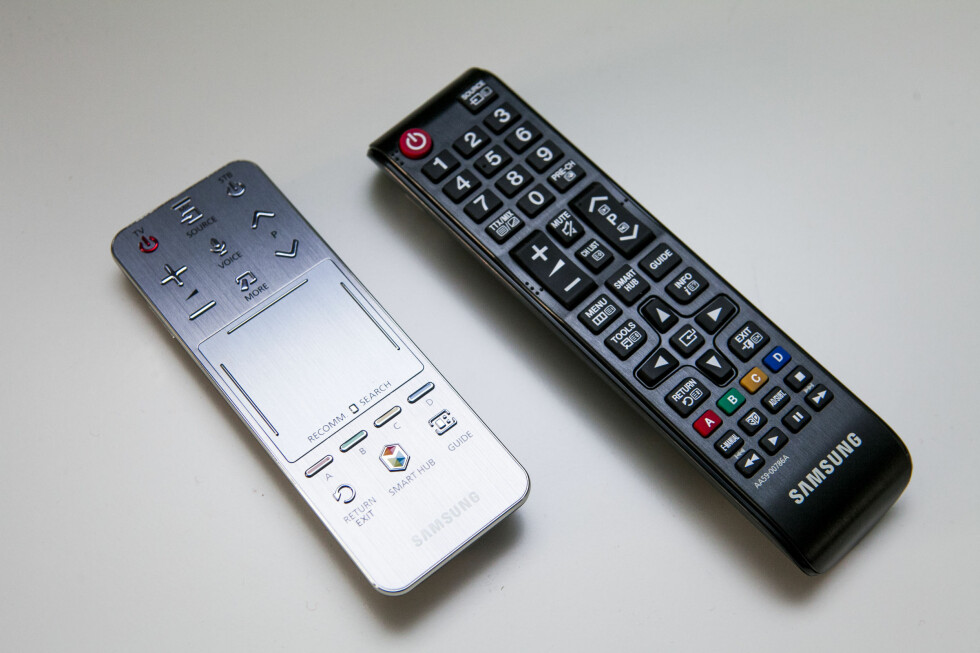 To fjernkontroller er ikke bare en gimmick. Den berøringsfølsomme gjør nemlig talestyringen og SmartTV-bruken langt enklere. Det liker vi. Foto: Per Ervland